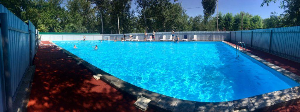 Отдых у бассейна в обеденный перерыв