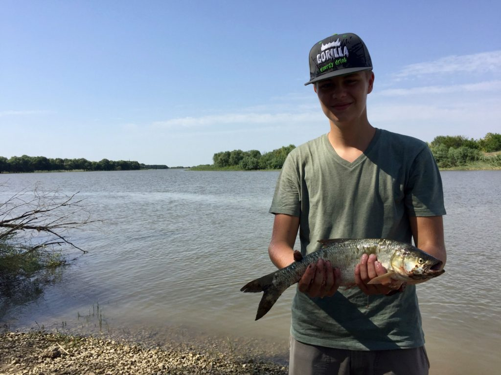 Паша поймал рыбку. Вообще рыбы было очень много