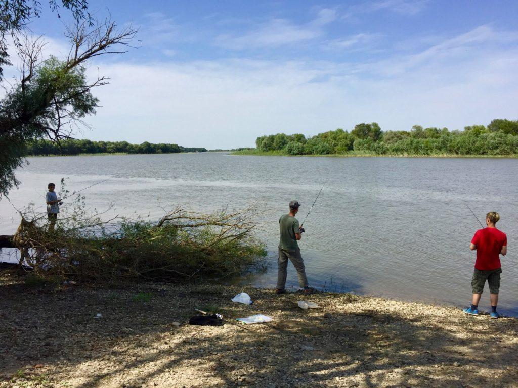 Рыбалка на берегу реки